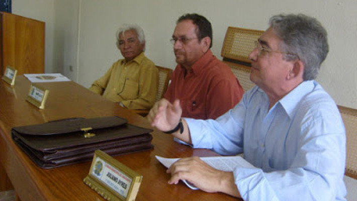 Cunha e Silva Filho à esquerda, durante palestra sobre os 100 anos de Sangue de Da Costa e Silva. Ao centro, Virgílio Queirós e, à direita, o saudoso escritor Herculano Moraes