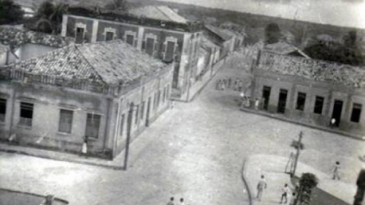Rua Grande, na altura da praça central de Barras do Marataoã.