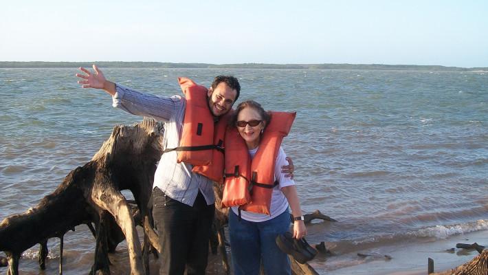 Diego Mendes Sousa e Astrid Cabral no mar do Piauí.