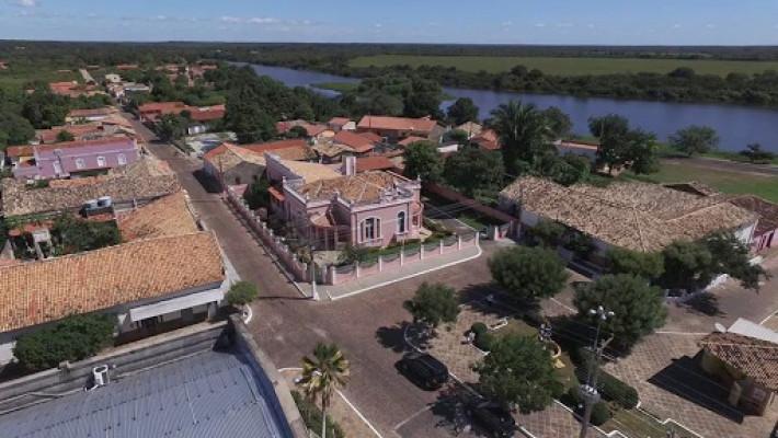 Centro de Barras do Marataoã, com o rio serpenteando a rua David Caldas e a Ilha dos Amores visível aos olhos curiosos