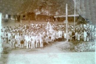 Imagem antiga da vila durante festejos religiosos.